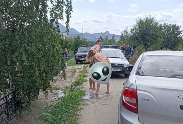 Гуляющую обнажённую пару на кладбище в Железноводске задержали