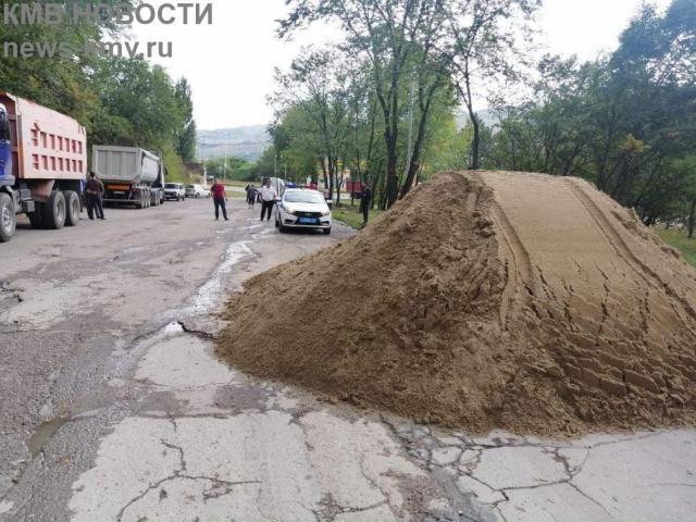 Песок на дорогу в Кисловодске высыпал водитель грузовика