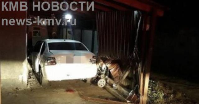 В Минводах подросток на отцовской машине врезался в забор частного дома