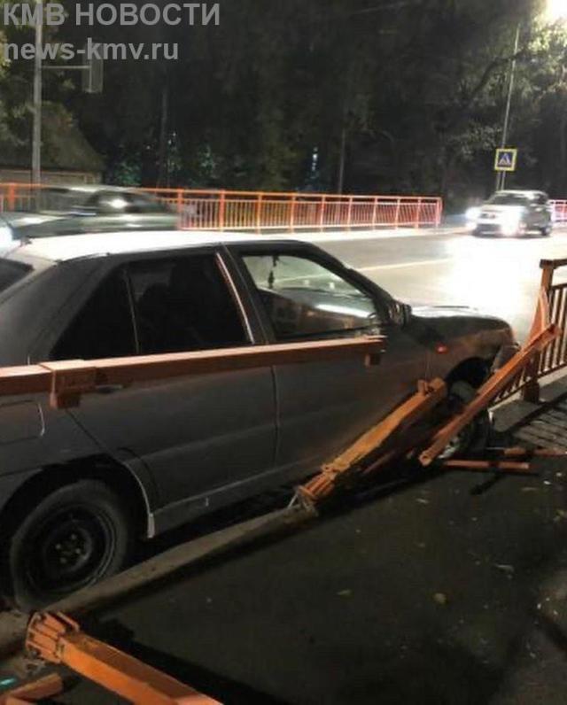 Легковушка разбила ограждение на отремонтированном путепроводе в Минводах