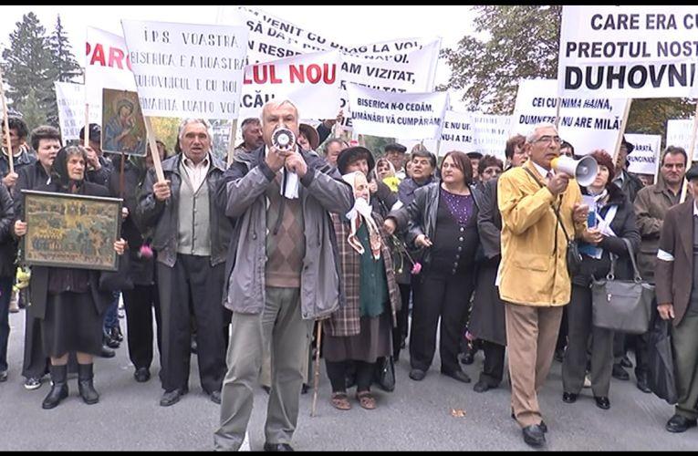 Protest împotriva IPS Ioachim. Enoriașii îi cer demisia (VIDEO)