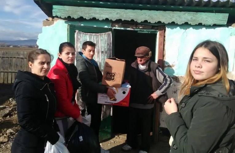 Copiii de la Elena Doamna ajută familia rămasă fără casă