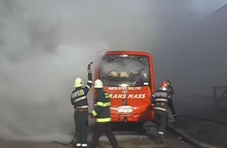 Un autocar din Roman a ars aproape complet la Pașcani (VIDEO)