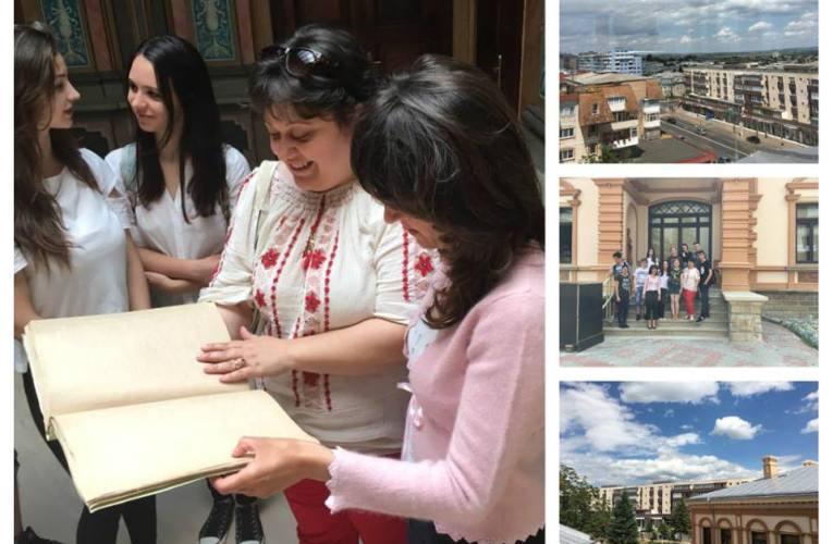 Trupa de teatru Gong a donat bibliotecii o carte scrisă în Braille