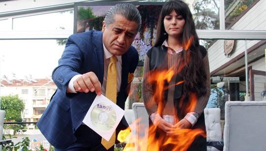 Турецкий певец сжигает клип в ответ на санкции России