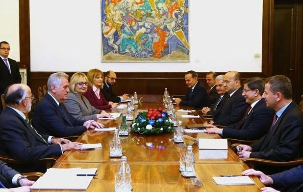 Давутоглу попросил Сербию помирить Анкару и Москву