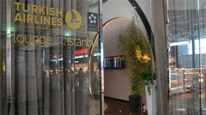 Сотрудник аэропорта Стамбула вернул пассажиру $74 тысячи
