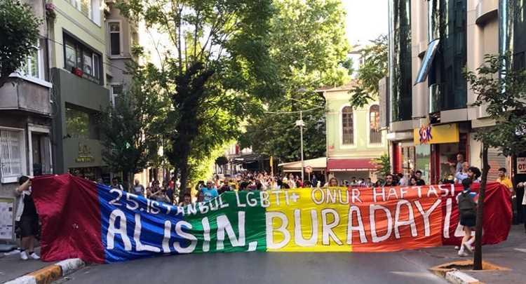 Гей-парад в Стамбуле: задержания, пули и слезоточивый газ