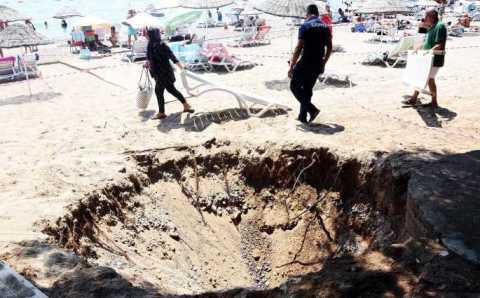 Землетрясение образовало 6-метровую воронку на пляже