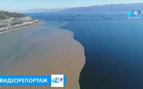 Двухцветный залив Коджаэли  с высоты птичьего полета