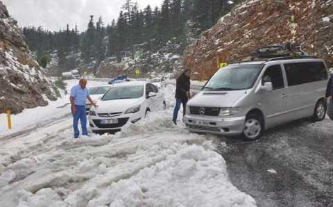 Водители не ожидали увидеть снег в Анталии в мае