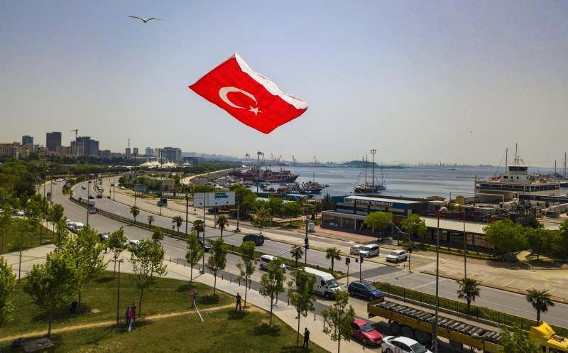 В Стамбуле запустили огромного воздушного змея