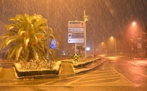 Стамбул встречает день со снегом