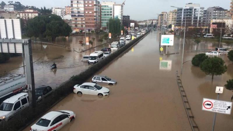 Измир пережил сель и наводнение: 2 погибших