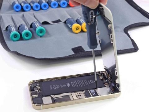 iPhone5s バッテリーコネクターカバーを外す