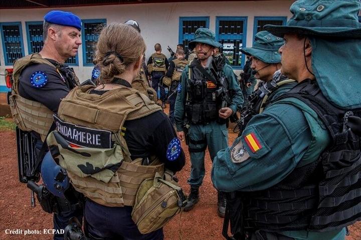 La FGE (EUROGENDFOR) en Centrafrique, ici avec des éléments français (à gauche) et espagnols (à droite) (Source : ECPAD).