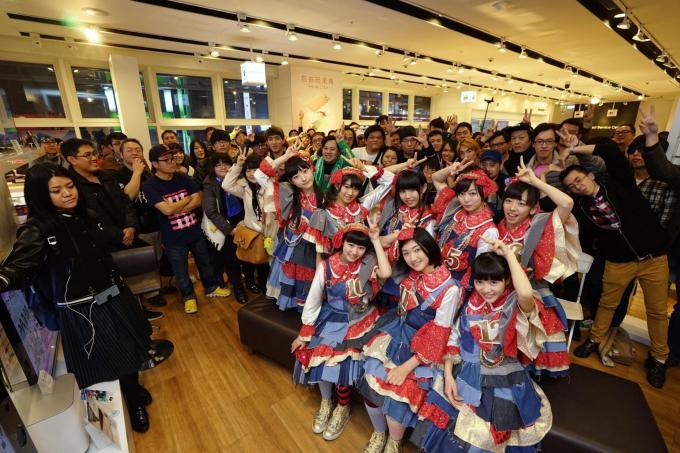 私立惠比壽中學全體成員與現場粉絲合照