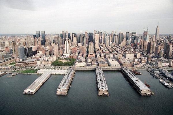 Vista aérea dos Piers 92 e 94 em Manhattan, onde acontece a Armory Show, e o Pier 90, ocupado antes pela VOLTA
