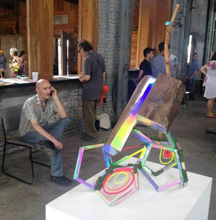 Hudson na NADA Hudson, Nova York, 2012, com escultura de David Shaw. Cortesia: Feature Hudson Foundation, Nova York