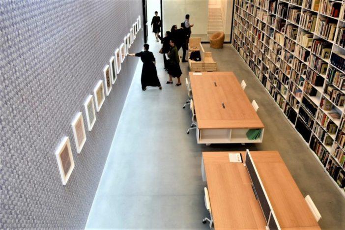 A biblioteca da galeria, com obras de Yto Barrada à esquerda