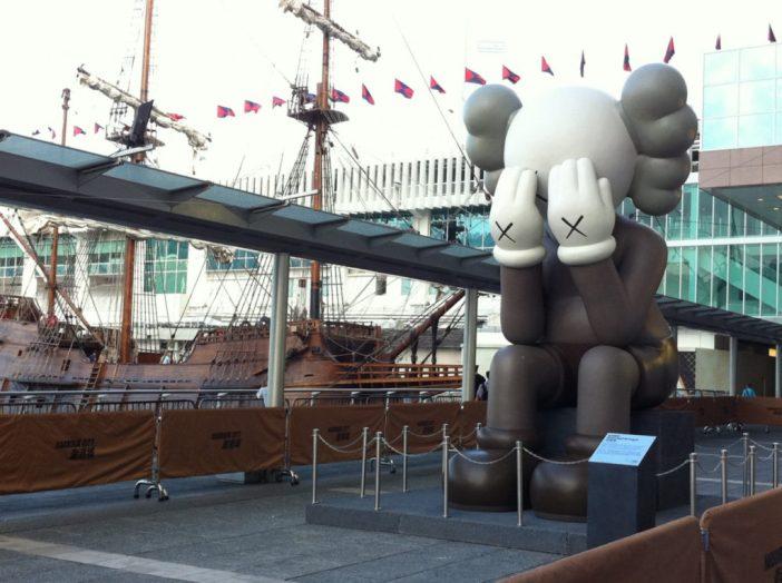 Instalação de KAWS em Harbour City, Hong Kong. Cortesia Perrotin