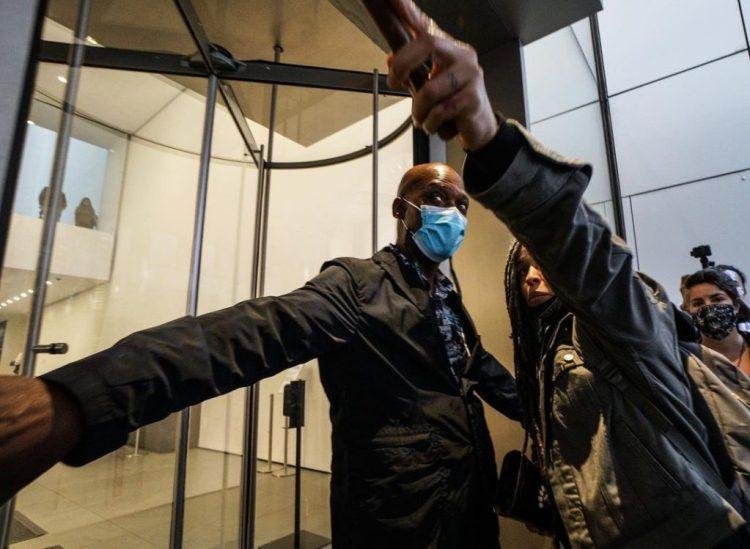 MoMA安全管理人員封鎖了該機構的大門。 禮貌通過Twitter取消此地方。
