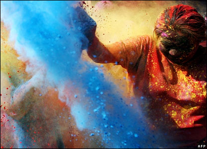 https://i0.wp.com/news.bbc.co.uk/media/images/42640000/jpg/_42640957_holi_paint2_afp.jpg