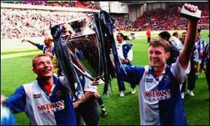 Shearer y Sutton con la copa de la Premiere de 1995.
