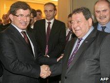 Ahmet Davutoglu (left) shakes hands with Benjamin Ben-Eliezer (23 November 2009)