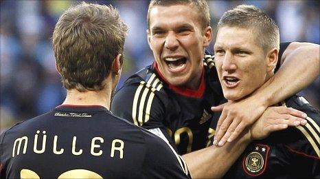 Thomas Mueller celebrates his goal