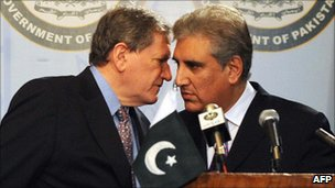 Pakistan Foreign Minister Shah Mehmood Qureshi (R) and Richard Holbrooke US special envoy for Afghanistan and Pakistan, during a joint news conference at the foreign ministry in Islamabad on 7 April 2009