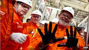 President Lula da Silva with his hands dirty with oil on a Petrobras platform in the Tupi field, 28 October 2010