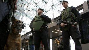 Police and guard dog at Berlin's main railway station (17 November 2010)
