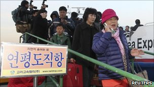 People arrive in South Korea after fleeing Yeonpyeong island by  ferry (23 November 2010)