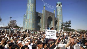 Protesters outside the Blue Mosque in Mazar-e Sharif, Afghanistan (1 April 2011)