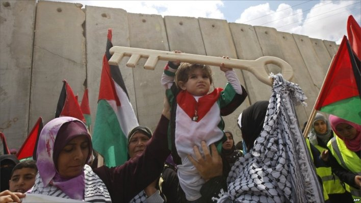 Child holds symbolic key at Rafah crossing protest, 15 May 2011