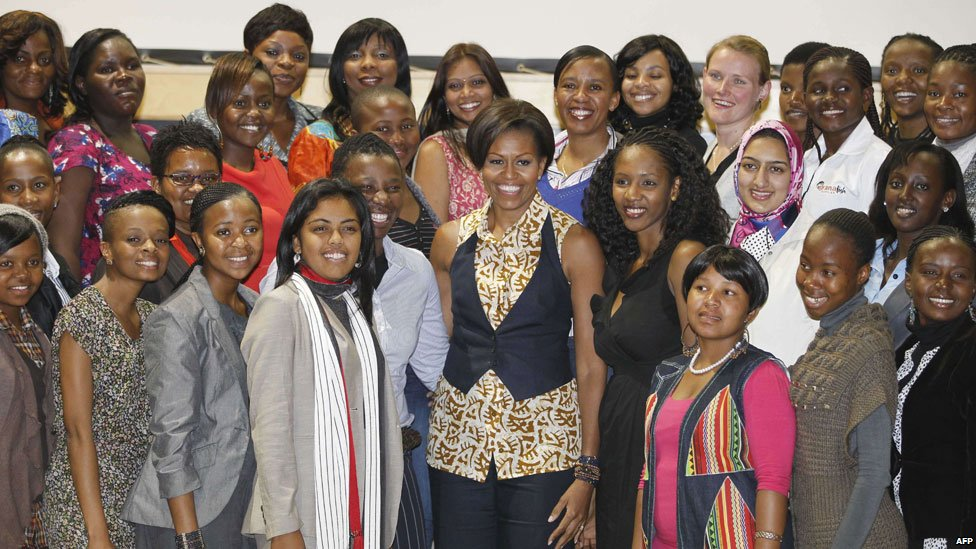Michelle Obama poses with women at the Apartheid Museum in Johannesburg, South Africa (21 June 2011)