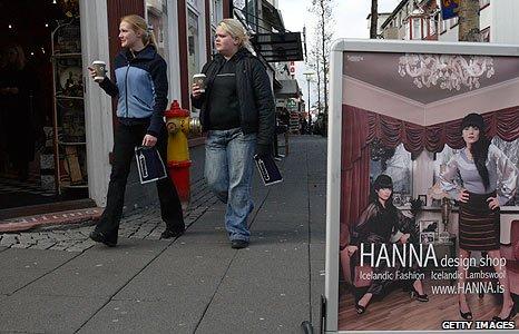 (File photo 2008) Shoppers in Reykjavik