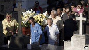 Funeral procession for Patricia Acioli in Niteroi, Brazil (12 Aug 2011)