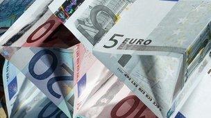 Billetes de euro, en triángulos, la celebración de unos a otros