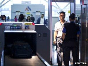 Un hombre camina a través de un detector de metales en el aeropuerto John F. Kennedy de Nueva York