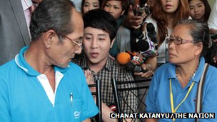 "Thanat ""Dr Pop"" Natveerakul (centre) apologises to the parents of Kratae Eiamyai at a Bangkok police station."
