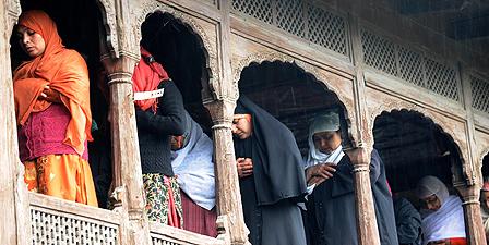 Muslim women worship in Srinagar