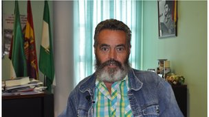 Mayor Juan Manuel Sanchez Gordillo in his office with a picture of Che Guevara on the wall.