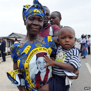 Nigerian mother queuing to vote