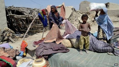 Pakistani villagers collect belongings as their houses destroyed following an earthquake in Labach, the remote district of Awaran in Balochistan province, Pakistan, 26 September 2013