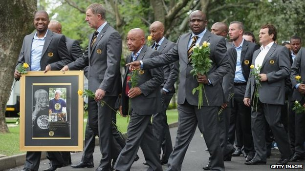 Members of the Kaiser Chiefs football team arrive at Nelson Mandela's home in Houghton, Johannesburg, to pay tribute. 9 Dec