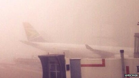 Un avión se ve a través de la niebla en Heathrow