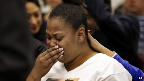 Nailah Winkfield, mother of 13-year-old Jahi McMath, cries before a courtroom hearing regarding McMath in Oakland, California, 20 December 2013
