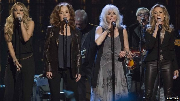 Carrie Underwood, Bonnie Raitt, Emmylou Harris y Sheryl Crow realizan Linda Ronstadt de que no eres bueno